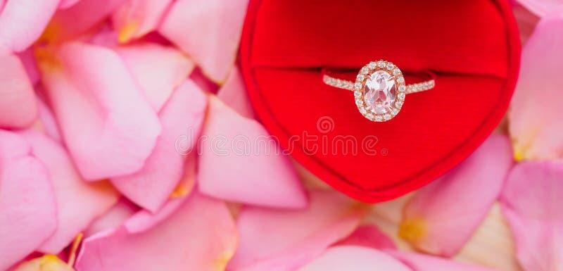 Элегантное кольцо с бриллиантом свадьбы в красной шкатулке для драгоценностей сердца стоковое фото rf