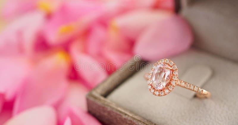 Элегантное кольцо с бриллиантом свадьбы в шкатулке для драгоценностей стоковое изображение rf