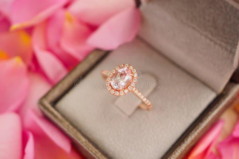 Элегантное кольцо с бриллиантом свадьбы в шкатулке для драгоценностей стоковые изображения rf
