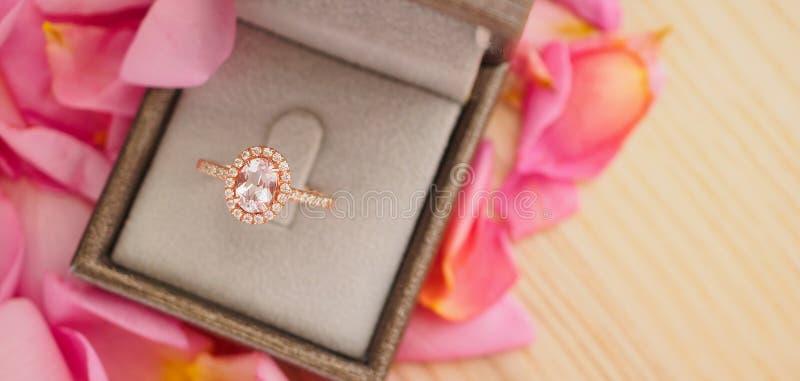 Элегантное кольцо с бриллиантом свадьбы в шкатулке для драгоценностей стоковые фотографии rf
