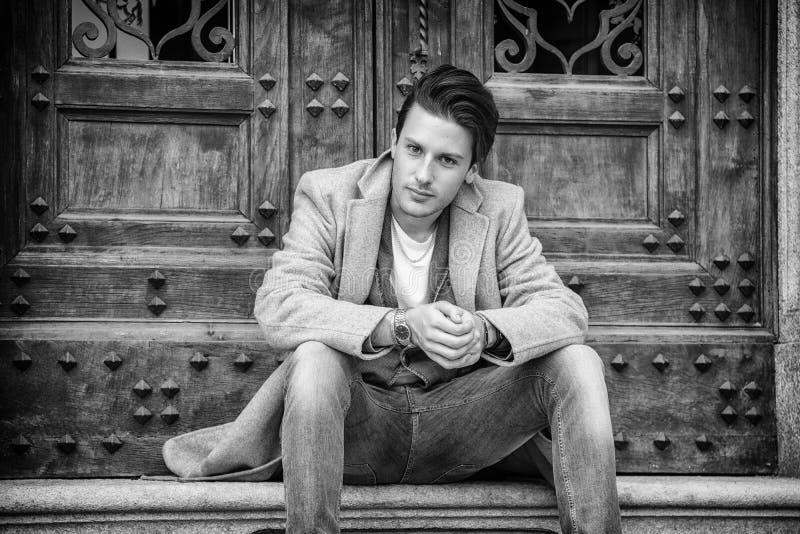 Элегантное пальто шерстей молодого человека внешнее нося стоковое фото