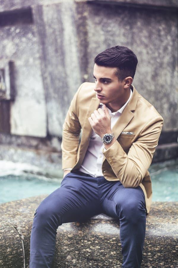 Элегантное пальто шерстей молодого человека внешнее нося стоковые изображения rf