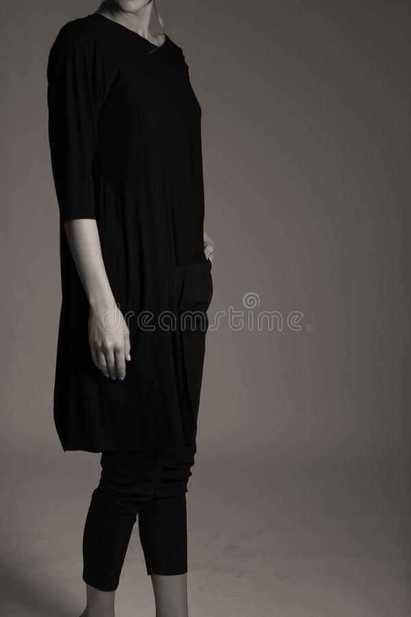 Элегантное черное обмундирование для женщин в студии, современном coiffuree стоковые изображения