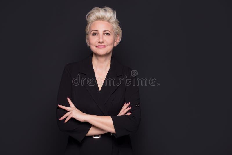 Элегантной белокурой красивой постаретый серединой представлять дамы стоковые фотографии rf