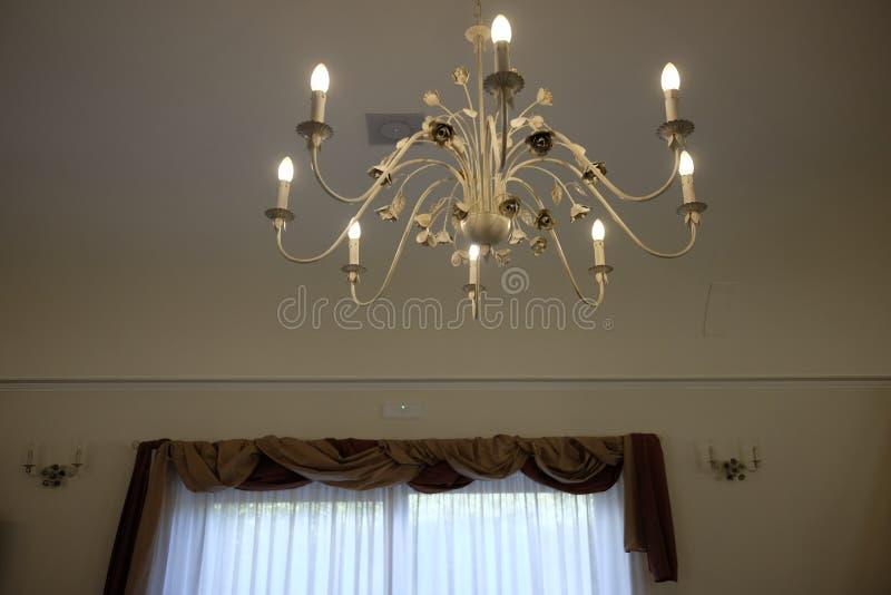 Элегантные занавесы и люстра стоковое изображение rf