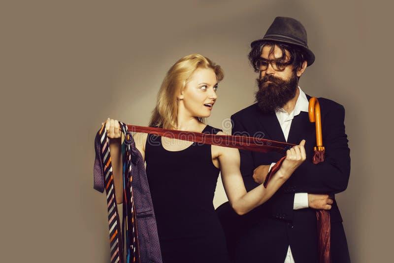 Элегантные пары выбирают галстуки стоковые фото