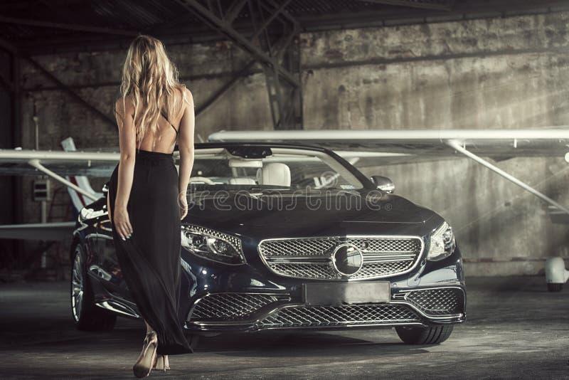 Элегантный белокурый роскошный представлять женщины стоковые фотографии rf