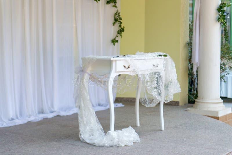 Элегантный белый алтар свадьбы стоковая фотография