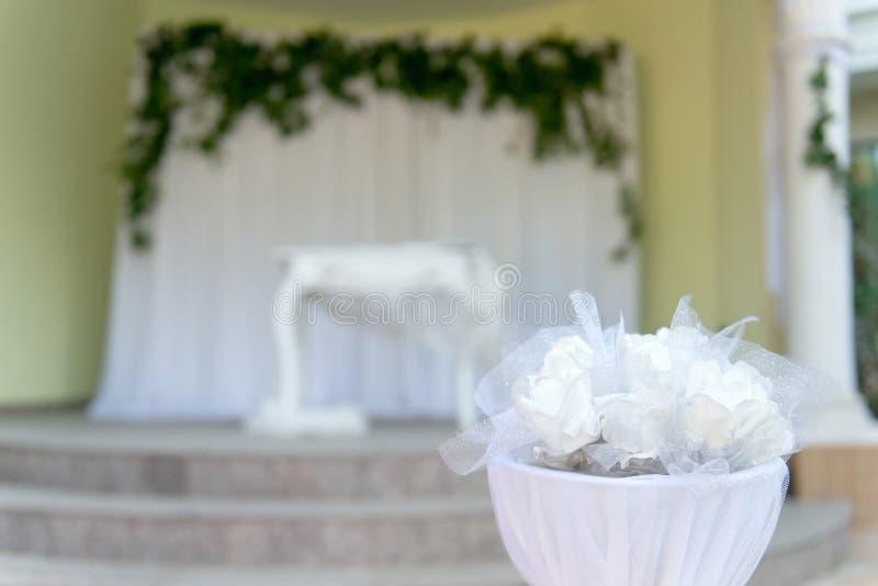 Элегантный белый алтар свадьбы стоковое фото rf