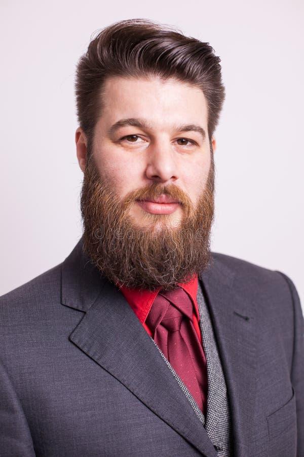 Элегантный бородатый человек со стильной бородой над белой предпосылкой стоковые изображения rf