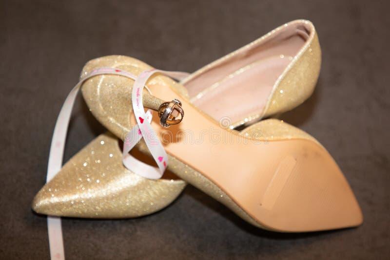 Элегантный брак и стильные свадебные туфли со свадебными кольцами стоковое изображение rf