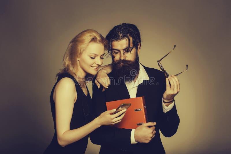Элегантный взгляд пар в смартфоне стоковое изображение