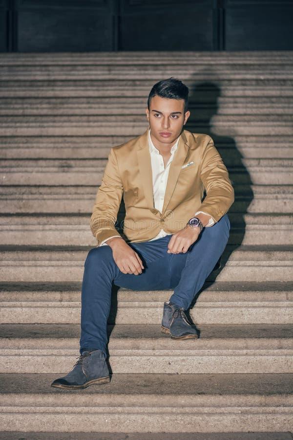 Элегантный деловой костюм молодого человека внешний нося стоковое фото