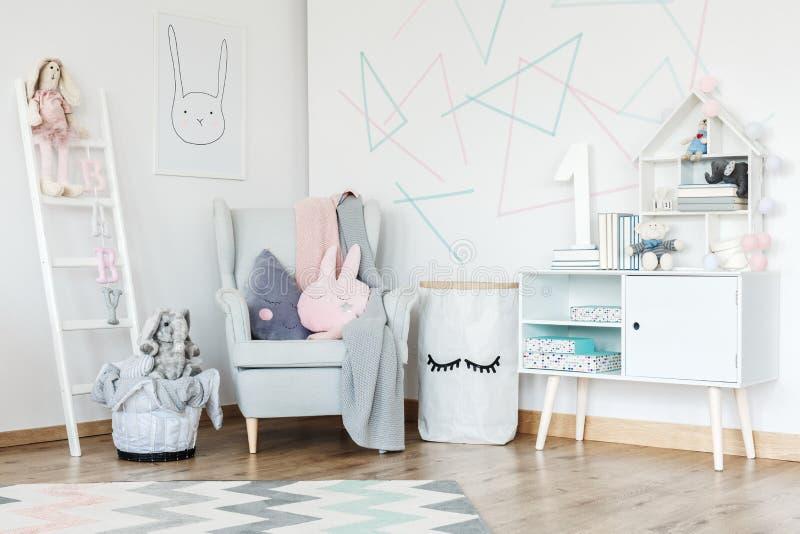 Элегантный интерьер комнаты ребенк стоковые изображения rf