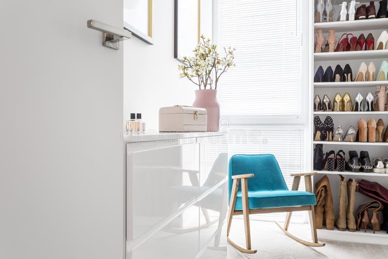 Элегантный шкаф с голубым креслом стоковое изображение rf