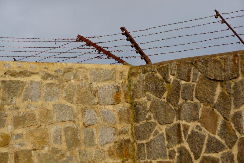 Электризуемый проволочный забор на стенах окружая Mauthausen стоковое изображение