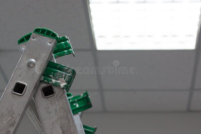 Электрик пришел к офису проверить и отремонтировать свет стоковые фото