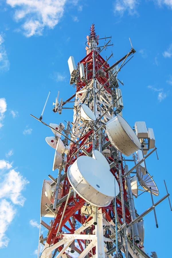 Электрическая высоковольтная башня передачи против голубого неба стоковая фотография