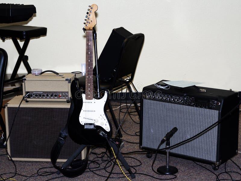 Электрическая гитара при Amps и Mic настроенные для представления стоковые изображения