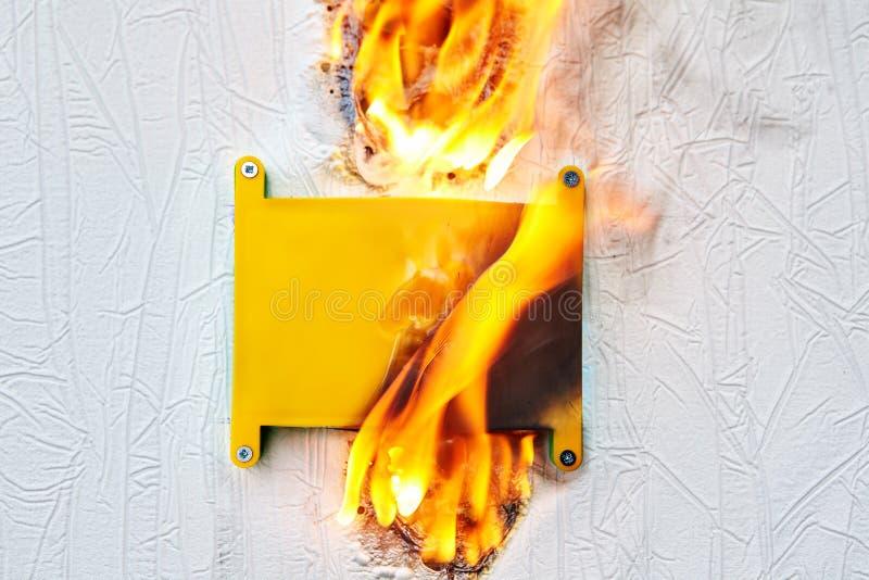 Электрическая коробка которая уловила горящее стоковая фотография rf