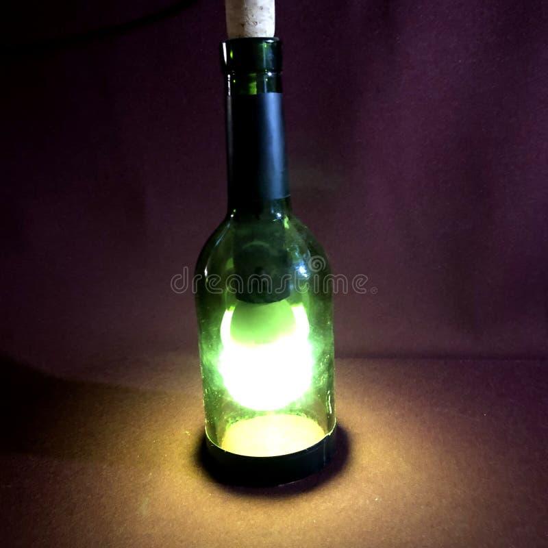 электрическая лампочка в зеленой бутылке вина стоковое изображение rf