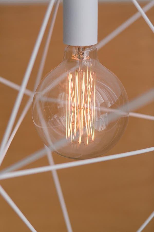 Электрическая лампочка и лампа ` s Edison в современном стиле Теплая лампа электрической лампочки тона конструируйте геометрическ стоковое изображение rf
