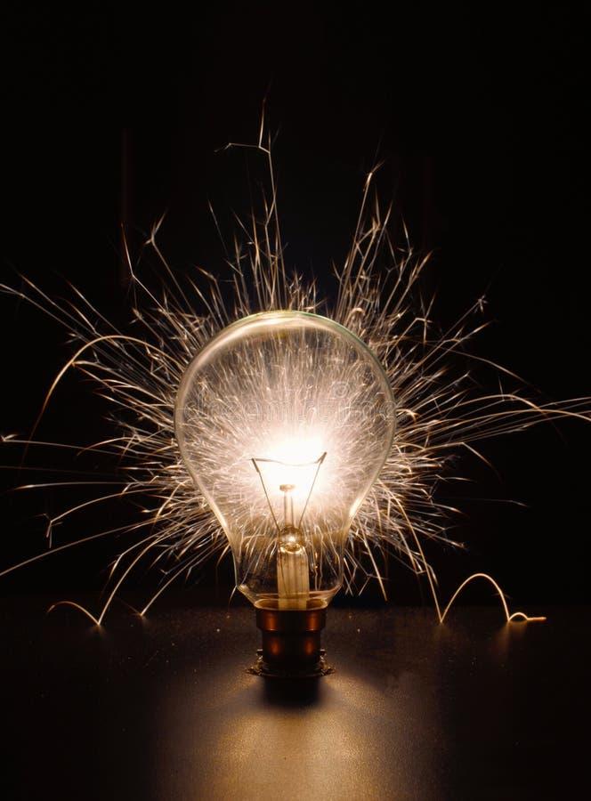 Электрическая лампочка и небольшой бенгальский огонь стоковое фото rf