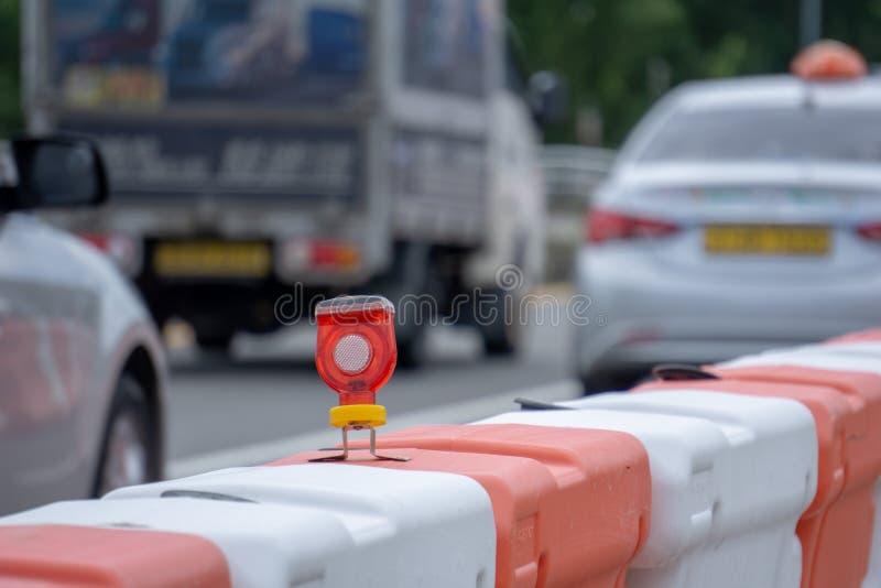 Электрическая лампочка СИД прикрепленная к барьерам улицы стоковые изображения rf