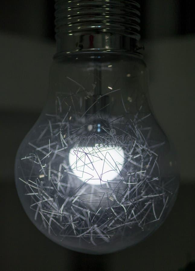 Электрическая лампочка с маленькими проводами внутрь ее стоковая фотография rf