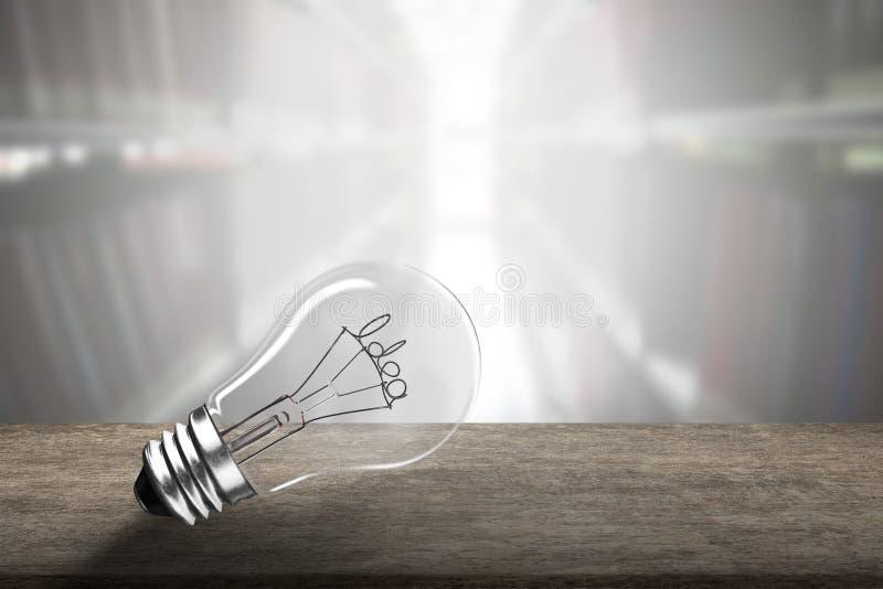 Электрическая лампочка с формой провода слова идеи на деревянном столе стоковые изображения