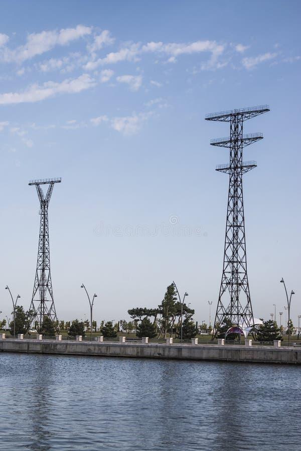 Электрическая поддержка высоковольтных силовых кабелей Поддержка металла против неба в Энергетическая промышленность Продукция, р стоковые изображения rf