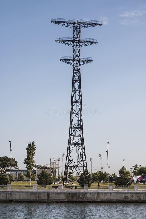 Электрическая поддержка высоковольтных силовых кабелей Поддержка металла против неба в Энергетическая промышленность Продукция, р стоковое изображение