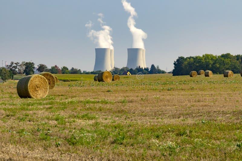 Электрическая станция тепловой мощности с зеленым полем стоковые фото