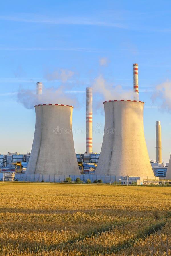 Электрическая станция тепловой мощности с полем зерна стоковые фотографии rf
