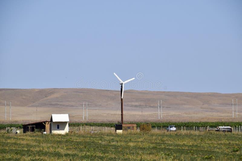 Электрическая станция энергии ветра Ветротурбина в поле для производить электричество стоковые изображения rf