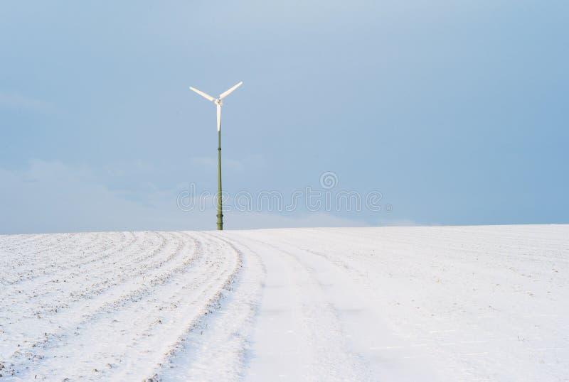 Электрическая станция энергии ветра в ландшафте зимы стоковые изображения