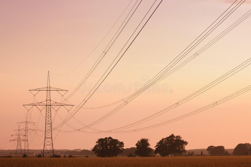 электрические высокие линии напряжение стоковое изображение rf
