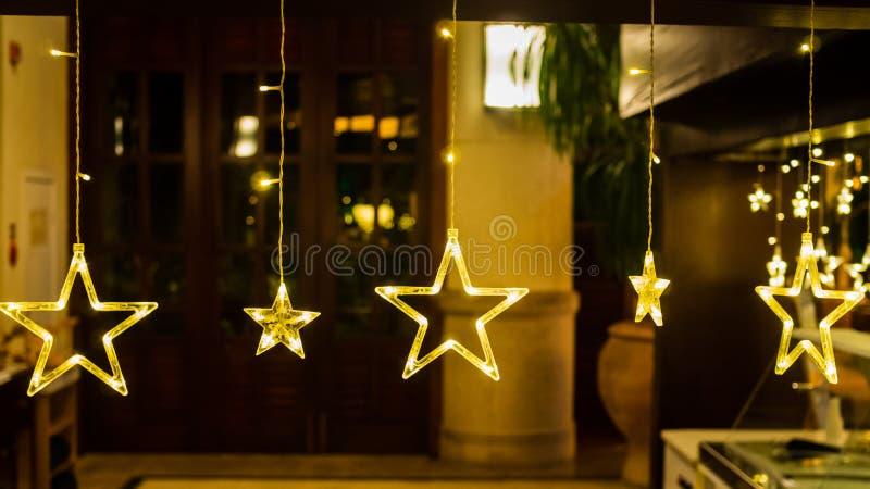 Электрические звезды с теплыми желтыми светами против отраженного фона стоковые изображения rf