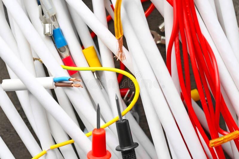 Электрические кабели с подсказками вольтамперомметра, крупный план стоковое фото rf