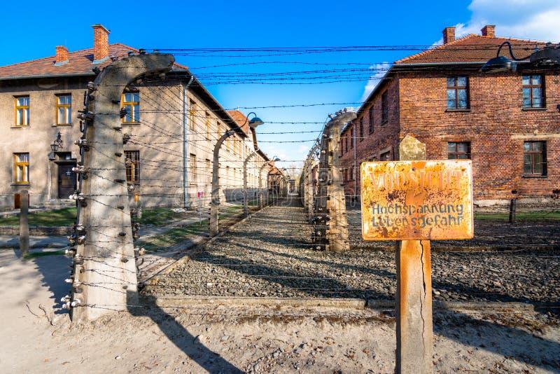 Электрические колючие проволоки немецкого нацистского всемирного наследия Освенцима Birkenau концентрации и лагеря смерти, Польши стоковая фотография