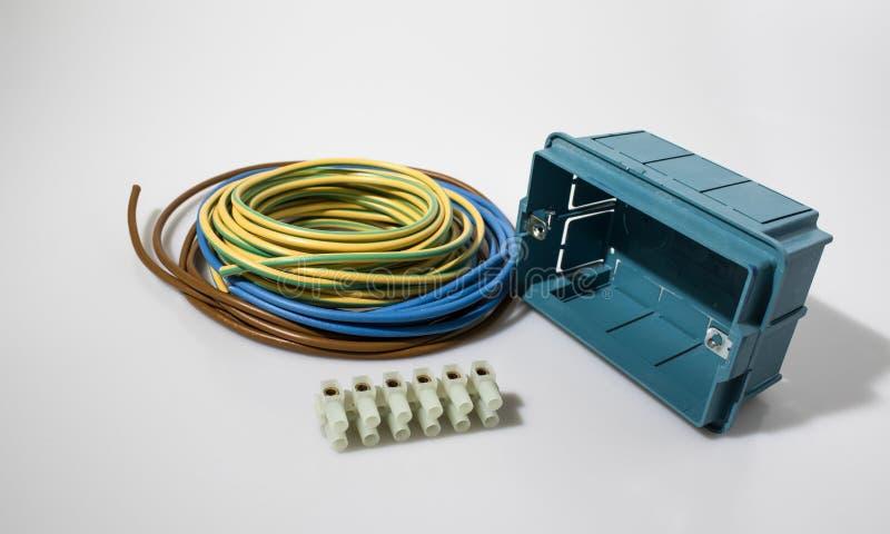 Электрические компоненты в белом составе предпосылки стоковое фото