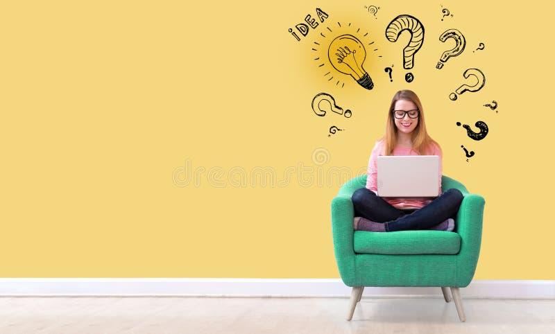 Электрические лампочки идеи с вопросительными знаками с женщиной используя ноутбук стоковые фото