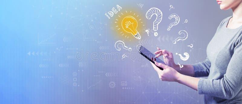 Электрические лампочки идеи с вопросительными знаками с женщиной используя планшет стоковая фотография