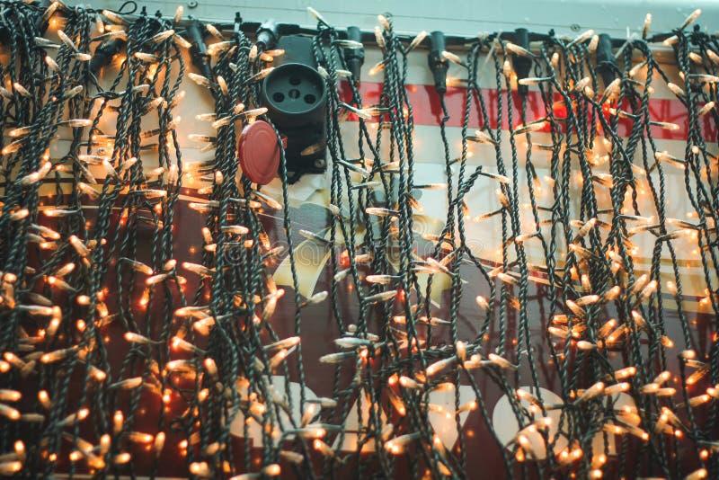 Электрические лампочки на кирпичной стене Винтажная гирлянда электрических лампочек edison в интерьере просторной квартиры стоковое фото rf