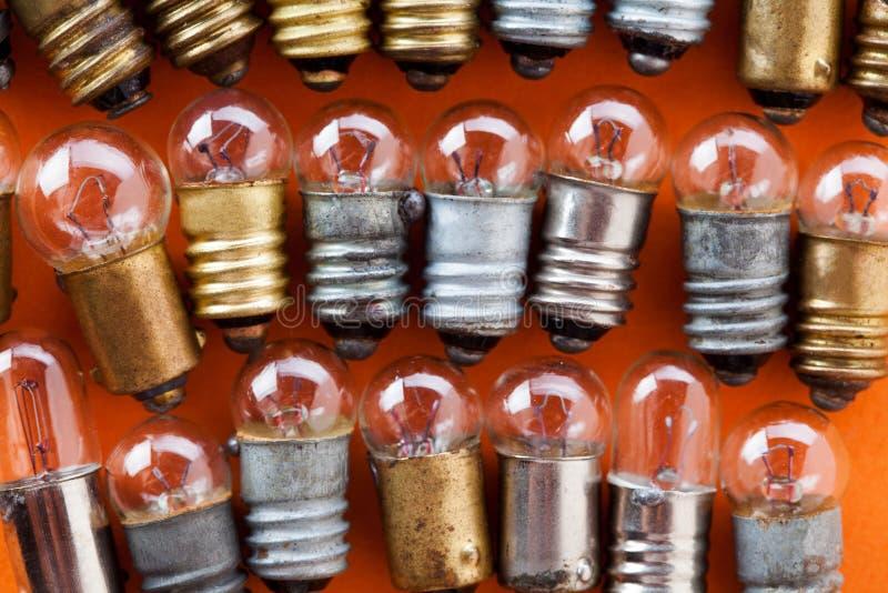 Электрические лампочки с текстурированной бронзой золота и серебряной поверхностью Винтажный взгляд макроса собрания ламп Оранжев стоковое изображение rf