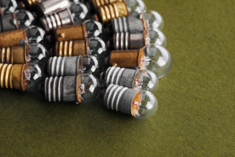 Электрические лампочки установили на темную ую-зелен бумажную предпосылку Красочные лампы года сбора винограда бронзы и серебра з стоковое изображение