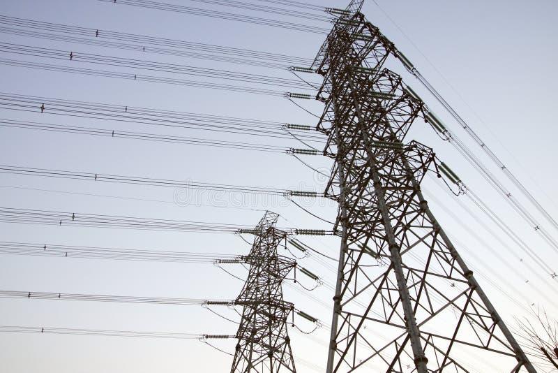 электрические линии опоры силы стоковые изображения rf