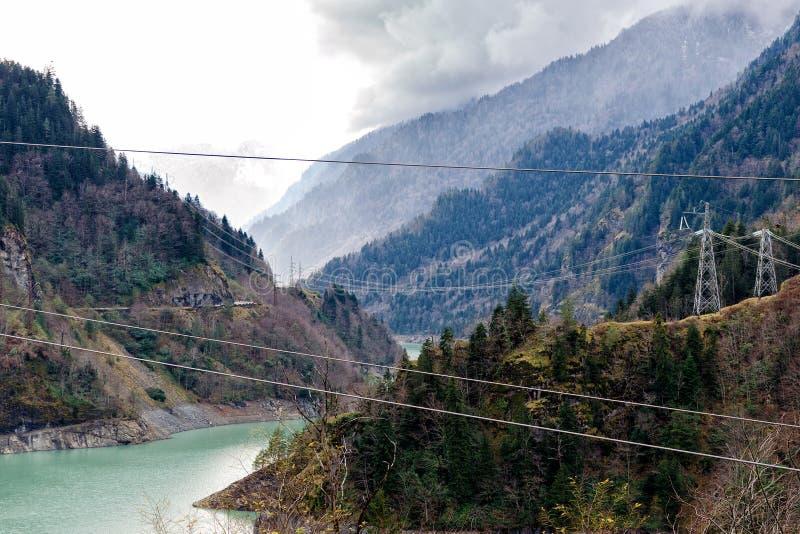 Электрические поляки в горах, электричестве в зонах горы стоковые фото