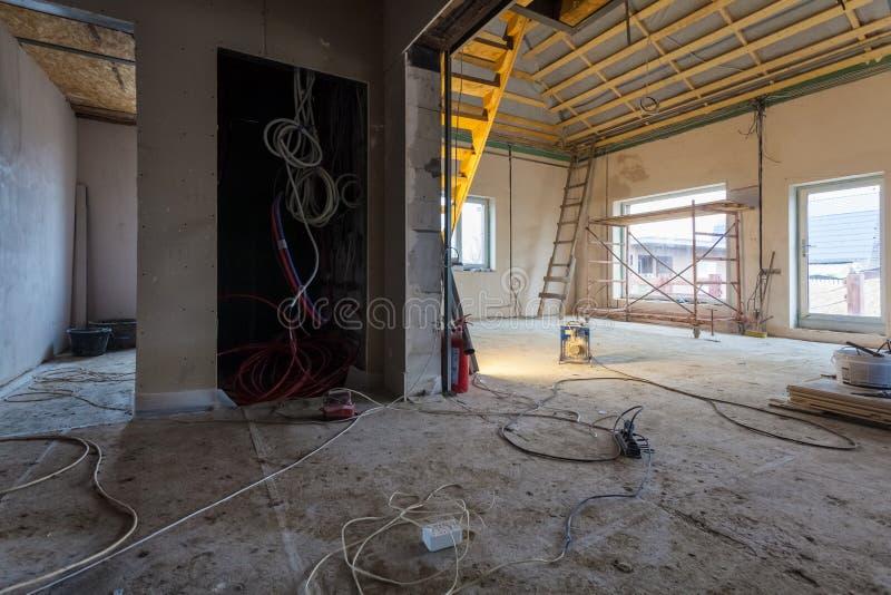 Электрические провода и материалы, для ремонтов и инструментов для remodeling интерьер квартиры дома которая под remodeling, стоковое изображение