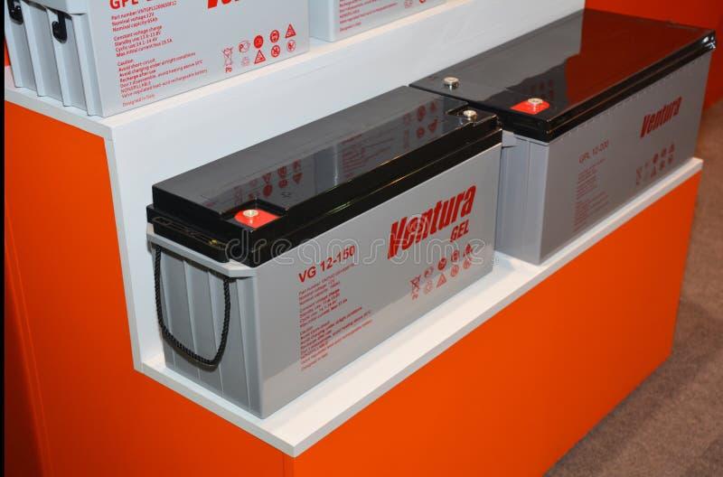Электрические трансформаторы и батареи аккумуляторов Аккумулировать и потребление электричества стоковое фото rf